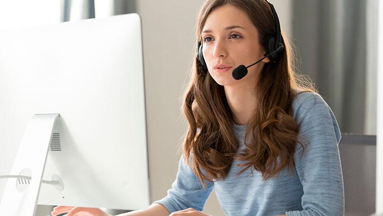 Frau mit Headset beim Sprechen vor der Kamera