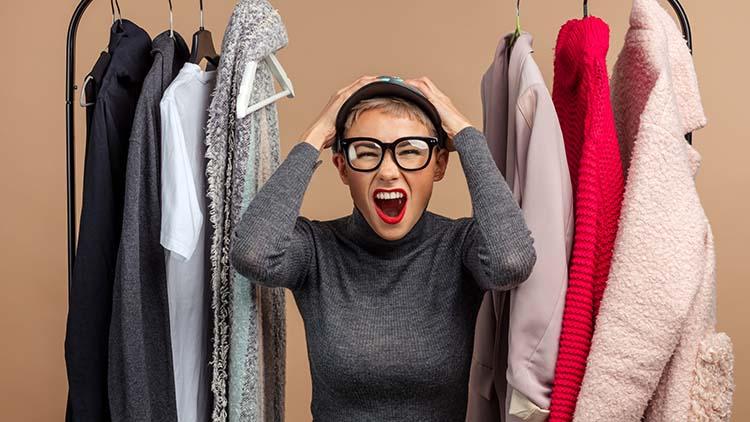 Verzweifelte Frau mit Kleiderstange